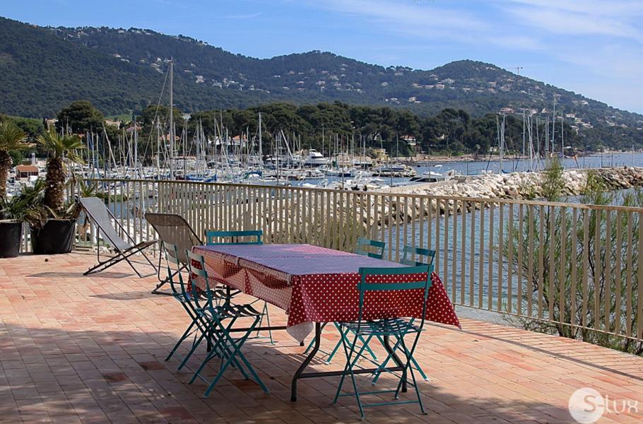 LA PLAGE Carqueiranne Maison les pieds dans l´eau sur la plage, vue exceptionnelle sur  la mer, le port, la presqu´île de Giens, toit terrasse