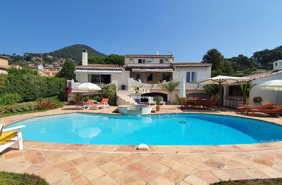LES 3 PALMIERS Carqueiranne Spacieuse villa provençale, proche village Carqueiranne et des plages, vue mer, piscine, jacuzzi, billard, boulodrome