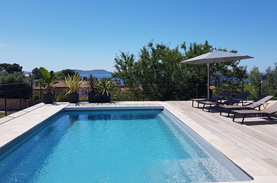 VILLA CAMILLE CARQUEIRANNE Villa contemporaine confortable et lumineuse, dominant la plage, à 450 mètres de la mer et des commerces