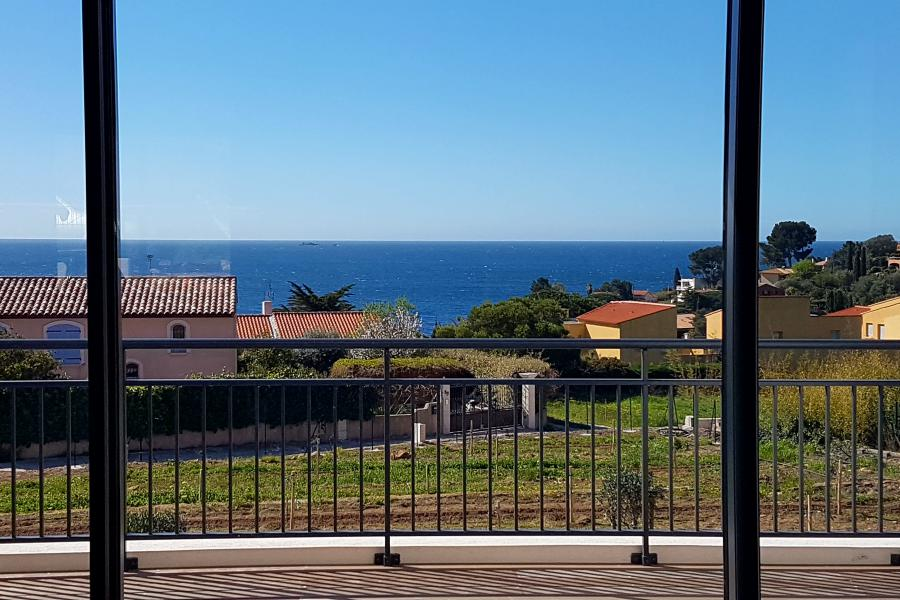 VILLA CAMILLE - CARQUEIRANNE - Villa contemporaine confortable et lumineuse, dominant la plage, à 450 mètres de la mer et des commerces