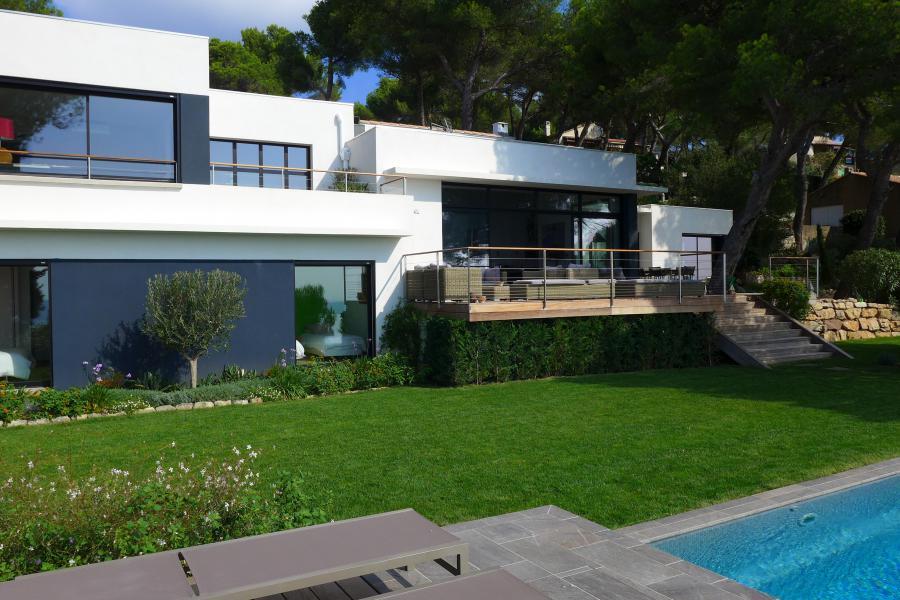 Un balcon sur la mer carqueiranne maison contemporaine for Maison moderne 300m2