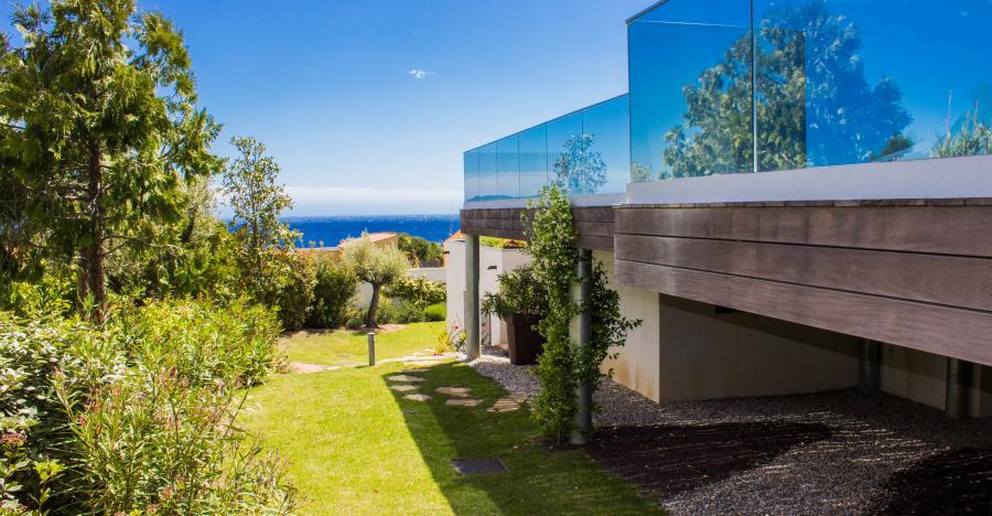 LA DOMINANTE - Carqueiranne - Maison contemporaine, standing,  chambres climatisées, vue mer mediterranée, piscine à  débordement, salle de cinéma, cave à vin