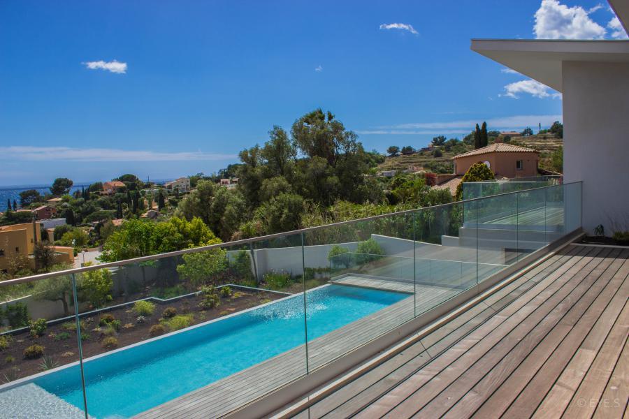 La dominante carqueiranne maison contemporaine standing for Villa piscine debordement